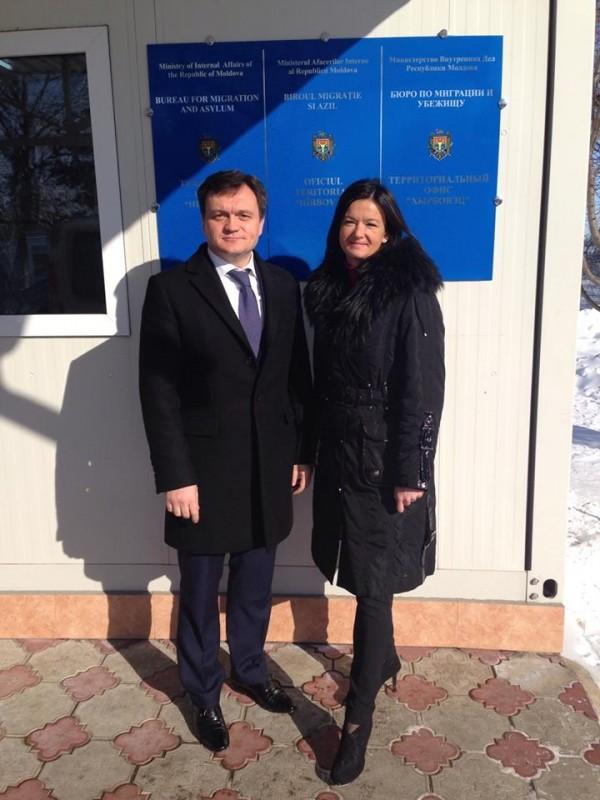 Pred Centrom za tujce z ministrom za notranje zadeve Dorinom Receanom